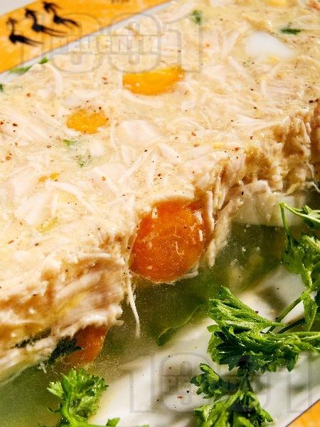 Желирано пилешко месо с яйца и зеленчуци - снимка на рецептата